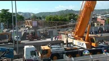 Homens trabalham para liberar pistas da Linha Amarela - A caçamba do caminhão que causou o acidente e as partes da passarela já estão sendo retiradas.