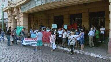 Manifestantes fazem ato por moradia em Ribeirão Preto, SP - Grupo foi impedido de entrar na Prefeitura durante protesto nesta terça-feira.