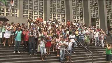 Funcionários de Fórum de Santos protestam por falta de estrutura contra calor - Dezenas de funcionários protestaram em frente ao prédio do Fórum de Santos.