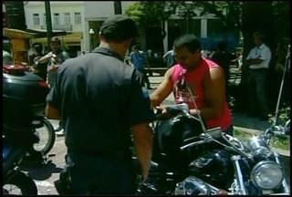 Motoristas e motociclistas passam por fiscalização em Petrópolis, RJ - Objetivo é retirar das ruas motocicletas sem placas e motoristas sem habilitação.Polícia Militar conferiu a documentação e apreendeu veículos irregulares.