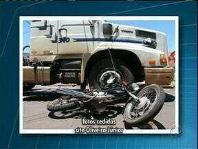Passageira de uma moto morre ao bater num caminhão em avenida de Cianorte - Com a força da batida a mulher de 43 anos foi arremessada da moto e atropelada pelo caminhão