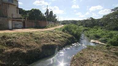 Moradores reclamam de demora em implantação de rede de esgoto na Grande BH - Obras podem acabar com o despejo em córregos que desaguam na Lagoa da Pampulha