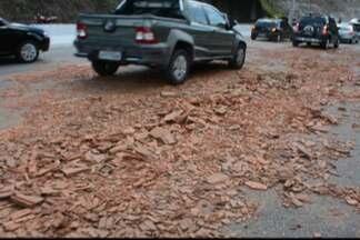 JPB2JP: Carga de tijolos tomba no Trevo Universitário - Parte de pista foi interditada.