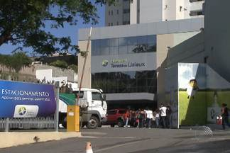 Incêndio atinge parte de hospital em Salvador - Fogo começou no anexo da unidade de saúde, onde funciona o almoxarifado. Alguns pacientes precisaram ser transferidos para outros hospitais.