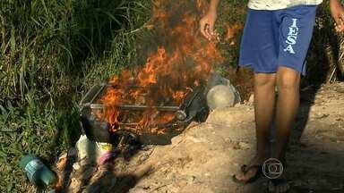 Moradores reclamam de deficiências na estrutura de avenida, em Ribeirão das Neves - Não há rede de esgoto, calçamento e nem coleta de lixo.