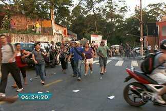 Ação de vândalos prejudica passageiros e motoristas de ônibus em São Paulo - O medo impediu que motoristas fosse até o ponto final na Estrada do M'Boi Mirim, que fica no Jardim Capela. Os passageiros foram obrigados a seguir de lotação ou a pé.