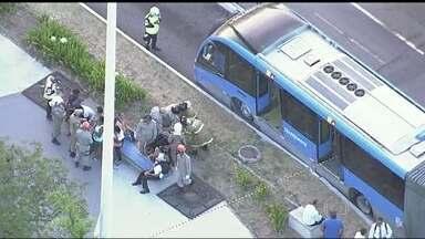 Acidente com ônibus BRT deixa 12 feridos na Barra da Tijuca - O pneu do ônibus estourou na altura da estação Santa Mônica Jardins, no sentido Alvorada. O veículo com 160 passageiros perdeu o controle e acabou se chocando contra a plataforma da estação.