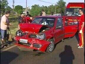 Quatro carros batem em engavetamento na rodovia das Cataratas - Três pessoas ficaram feridas no acidente envolvendo 4 carros.