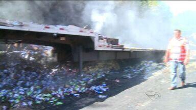 Carreta com macarrão instantâneo pega fogo na BR-101 em Viana, ES - Motivo do incêndio é desconhecido, mas a suspeita é de falha mecânica.