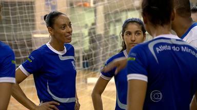 Veterana é destaque no jovem time feminino de vôlei do Minas - Aos 44 anos, veterana Arlene é a referência para as meninas do Minas