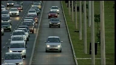 Dezenas de motoristas desrespeitam lei de trânsito na EPTG - DFTV flagra diversos motoristas cometendo infração. Eles invadem a faixa exclusiva de ônibus. Segundo o DER, os pardais da via registram a infração. Em dois anos, já foram mais de 8 mil e 34 multas.