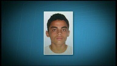 Polícia procura terceiro homem envolvido na morte de jovem em Águas Claras - Segundo a polícia, o foragido é Paulo Henrique Rocha Ribeiro, de 18 anos. A polícia chegou até ele depois de ouvir o depoimento de dois menores detidos. Um deles, confessou ter feito o disparo que matou Leandro Almeida no pescoço.