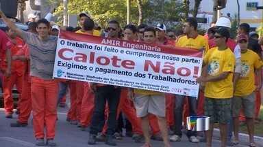 Funcionários de empresa do setor de energia protestam em São José dos Campos, SP - Passeata percorreu principais ruas da cidade na manhã desta sexta-feira.Trabalhadores da Amir Engenharia reclamam de atrasos nos pagamentos.