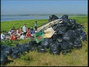 Mutirão contribui com limpeza do rio Tietê na região de Botucatu - Pelo quarto ano seguido, as margens do rio Tietê na região de Botucatu (SP) estão sendo beneficiadas por um trabalho de limpeza que envolve pescadores, prefeitura, Polícia Ambiental e empresas.
