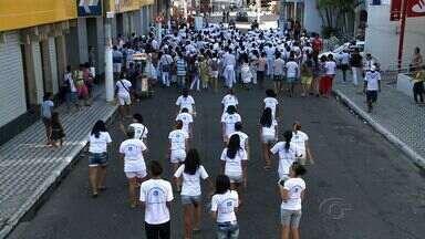 Representantes de matriz africana se reúnem para cortejo que marca a Quebra de Xangô - Percurso foi da Rua do Sol até a Praça dos Martírios, no centro de Maceió.