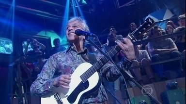 Caetano Veloso canta no programa Altas Horas - Cantor se apresenta com a música 'Um Abraçaço'