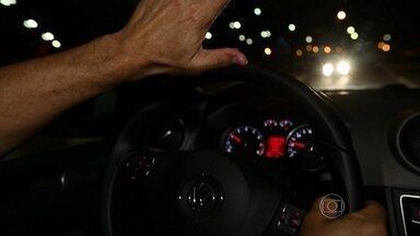 Piloto do AutoEsporte dá dicas sobre farol - César Urnhani ensino o que fazer quando o farol alto do veículo que vem do outro lado da estrada prejudica a visibilidade.