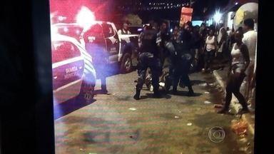 Policiais civis e guardas de Salvador são flagrados agredindo homem - Os agentes dão chutes e golpes de cassetete no rapaz caído no chão. A agressão aconteceu durante uma operação para reprimir o excesso de barulho, numa festa, no último domingo (2).