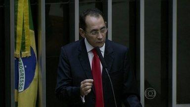 João Paulo Cunha passa primeira noite no presídio - Na próxima semana, a Câmara dos Deputados deve discutir a abertura de processo de cassação do mandato. O advogado de João Paulo Cunha disse que ele não pretende renunciar ao cargo.