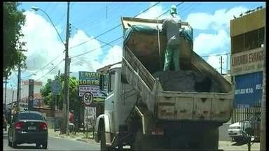 Caminhão é flagrado andando com a caçamba levantada em Ceilândia Norte - O vídeo feito na sexta-feira (31), na Via Leste, mostra o veículo andando com a caçamba levantada e em cima um funcionário em pé.