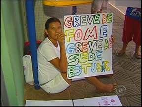 Mãe se acorrenta na prefeitura para pedir vaga em escola para os filhos - Uma mulher se acorrentou em frente à prefeitura de Bauru (SP), na manhã desta quinta-feira (6), em um protesto pacífico para pedir vagas em uma escola municipal para seus filhos. Carla Fabiane Rodrigues está em greve de fome e sede.