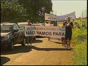 Universitários de Igaraçu do Tietê protestam em inauguração de escola - Os universitários de Igaraçu do Tietê aproveitaram a inauguração de uma escola para protestar e pedir que seja cumprida uma promessa do prefeito, que criaria um fundo para subsidiar o transporte dos estudantes que precisam viajar.