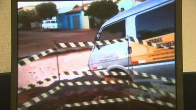 Van escolar cai em buraco no asfalto em Sertãozinho, SP - Veículo transportava 10 crianças, mas nenhuma delas ficou ferida.