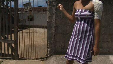 Mulher é atingida por bala perdida na calçada de casa, na Grande Vitória - Auxiliar de serviços gerais, moradora da Serra, foi atingida no ombro.Mais 2 casos de bala perdida foram registrados na região, nesta semana.