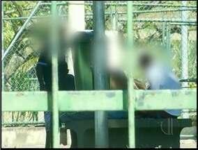 Jovens consumem drogas em praça no centro de Campos, RJ - Os flagrantes aconteceram na praça da República, localizada perto da rodoviária.