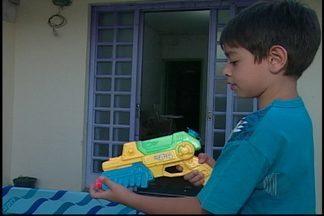 Projeto de lei proíbe a venda, comercialização e fabricação de armas de brinquedo - A ideia é evitar o incentivo à criminalidade, e a notícia da aprovação trouxe alívio para muitos pais