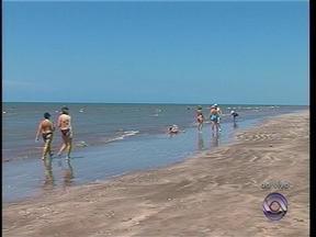 Sábado (8) é de sol e calor na Praia do Cassino, em Rio Grande, RS - Balneário está lotado de veranistas.