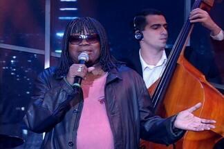 Milton Nascimento canta no palco do Programa do Jô - O cantor se apresenta para a plateia