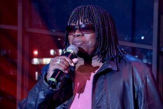 Milton Nascimento encerra o programa cantando mais um de seus sucessos - O cantor se apresenta no palco