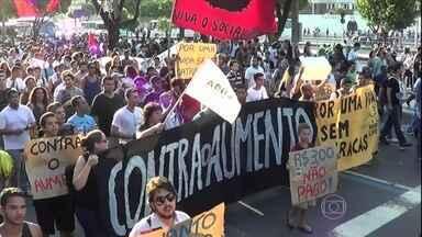 Manifestantes voltam a protestar contra aumento de passagens no Rio - A manifestação reuniu cerca de 500 pessoas, segundo a Polícia Militar. Mascarados também participaram do protesto, que terminou em correria.