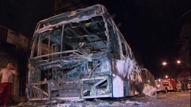 Ônibus são queimados em mais um protesto no Rio de Janeiro - O fogo atingiu cinco lojas. Duas pessoas se feriram sem gravidade. A manifestação começou depois que um homem foi morto durante um tiroteio com a polícia no Morro São João.