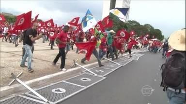 Representantes do MST entregam carta com reivindicações para Dilma - A principal reivindicação é acelerar a desapropriação de terras para a reforma agrária. O MST pede que cem mil famílias sejam assentadas até o fim do dia. O ministro do Desenvolvimento Agrário disse que este número chegará, no máximo, a 35 mil.