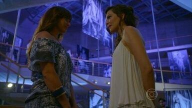 Marina elogia Clara - Cadu não sai do telefone e irrita a esposa, que fica sem graça com os elogios da fotógrafa