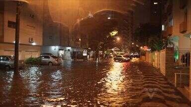 Após mês de muito calor, chuva causa transtornos em Santos - Várias ruas ficaram alagadas, causando problemas para motoristas e pedestres