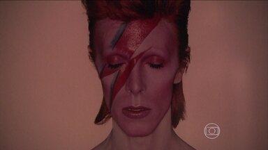 São Paulo exibe a maior mostra já feita sobre David Bowie - Em São Paulo, o público poderá ver 47 figurinos usados por Bowie durante sua carreira. A exposição também tem objetos do acervo pessoal dele, como instrumentos musicais, letras de música e posters dos filmes que ele participou.