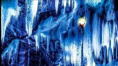 Fotógrafo reúne alpinistas e explora cachoeiras congeladas na Noruega - Para conseguir o efeito desejado, grupo faz as fotos somente à noite, com a ajuda de refletores.