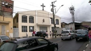 Homem mata a ex-mulher e o companheiro dela durante batizado do filho em Guarulhos (SP) - Uma mulher morreu após ser atingida por um tiro disparado pelo ex-marido em Guarulhos, na Grande São Paulo. O homem invadiu uma Igreja Católica durante o batizado efetuou os disparos. A polícia está atrás do suspeito.