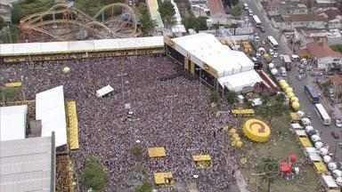 Olinda Beer reúne milhares de pessoas na área externa do Centro de Convenções - Entre as atrações, subiram ao palco a cantora Cláudia Leite e a banda Chiclete com Banana.