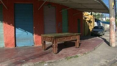 Família de jovem morto na Zona Norte do Rio pede Justiça - Parentes e amigos afirmaram que o rapaz levou soco e coronhada de PMs. Policiais foram afastados após a morte do jovem, que teria sofrido convulsão.