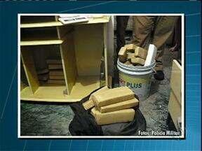 Quase 40 quilos de maconha apreendidos em quarto de casa e um homem é preso - O flagrante foi em Nova Esperança. E em Iporã, uma mulher foi presa transportando mais de 16 quilos da droga em ônibus de linha.