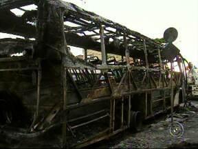 Um ônibus e sete carros pegaram fogo após explosões em Jundiaí - Madrugada de terror para os moradores da rua João Vitor Atisani, no Jardim Tamoio, em Jundiaí. Um ônibus e sete carros pegaram fogo. Muita gente acordou com barulhos de explosões.