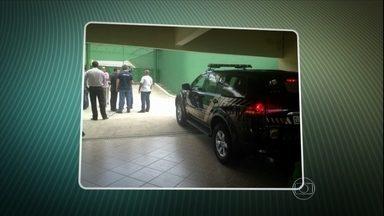 Roberto Jefferson se entrega à PF no Rio - O delator do mensalão teve a prisão determinada pelo STF na última sexta-feira (21) e aguardou, em casa, a notificação para se apresentar. Ele recebeu a pena de sete anos no regime semiaberto.