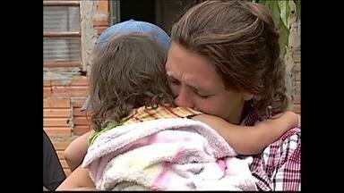 Criança é encontrada após ficar horas desaparecida em SP - Luana Vitória, de 1 ano e oito meses, saiu de casa sozinha e passou por um buraco no muro. Ela só foi encontrada na manhã desta segunda (24), quando a prima ouviu o choro da criança. Ela fez exames e está bem.