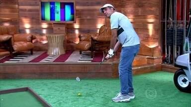 Zeca Camargo e Humberto Martins jogam golfe no palco - O apresentador desafia o ator em jogada