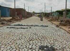 Cidade Real faz cobrança no Demóstenes Veras, em Caruaru - Cobrança verifica se o calçamento foi refeito no local. Moradores também sofrem com esgoto estourado.