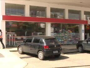 Suspeito de roubo é baleado em saída de loja na Zona Leste de Teresina - Tiro teria sido disparado por popular ainda não identificado pela polícia.Três homens estariam envolvidos no assalto à loja, na Avenida Dom Severino.